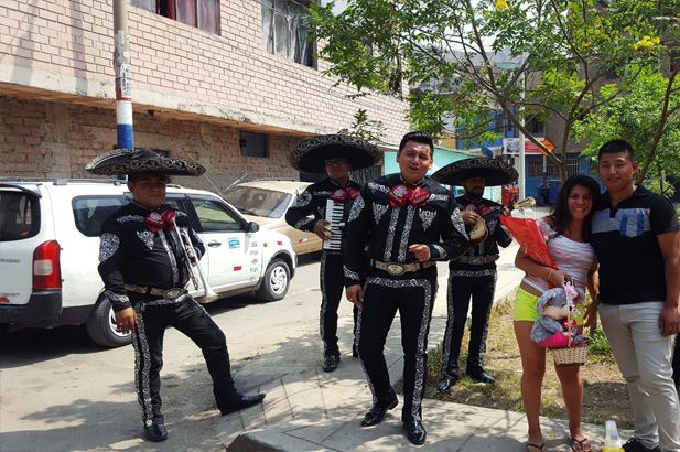 mariachi-cantando-serenata-para-pareja-2019-noche-mexicana-en-Lima