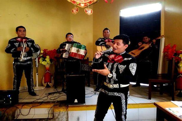 mariachis-tocando-y-cantando-serenata-en-evento-2019-noche-mexicana-en-Lima
